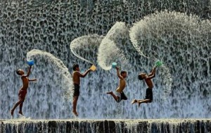 Des-enfants-jouant-sous-une-cascade web